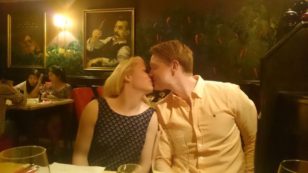 Steffie och Tobias trivs minst sagt här i denna udda men väl genomtänkta restaurang.