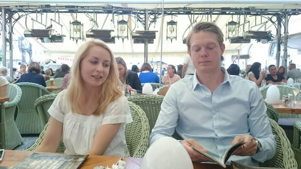 Stéphanie och Tobias kollar in menyn.