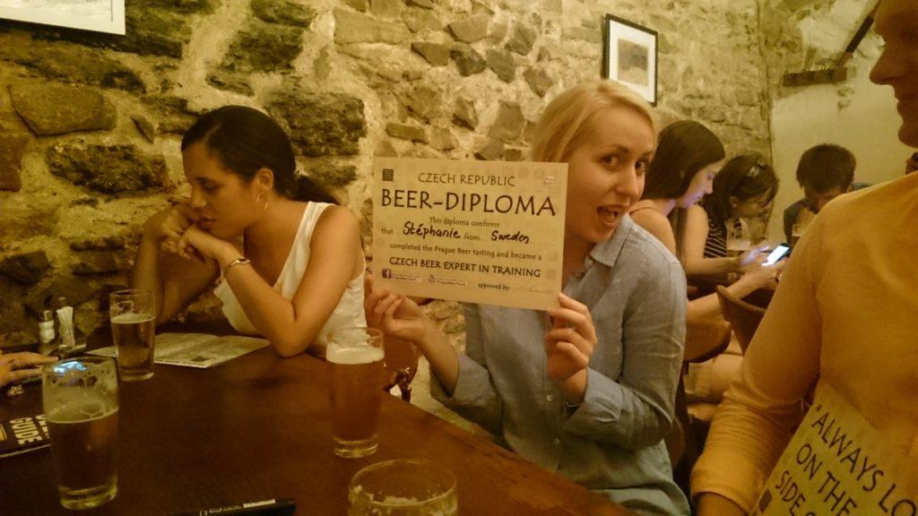 Steffie visar stolt upp sitt Diplom. Hon smakade dock inte en droppe men det sa vi aldrig till Guiden :-)