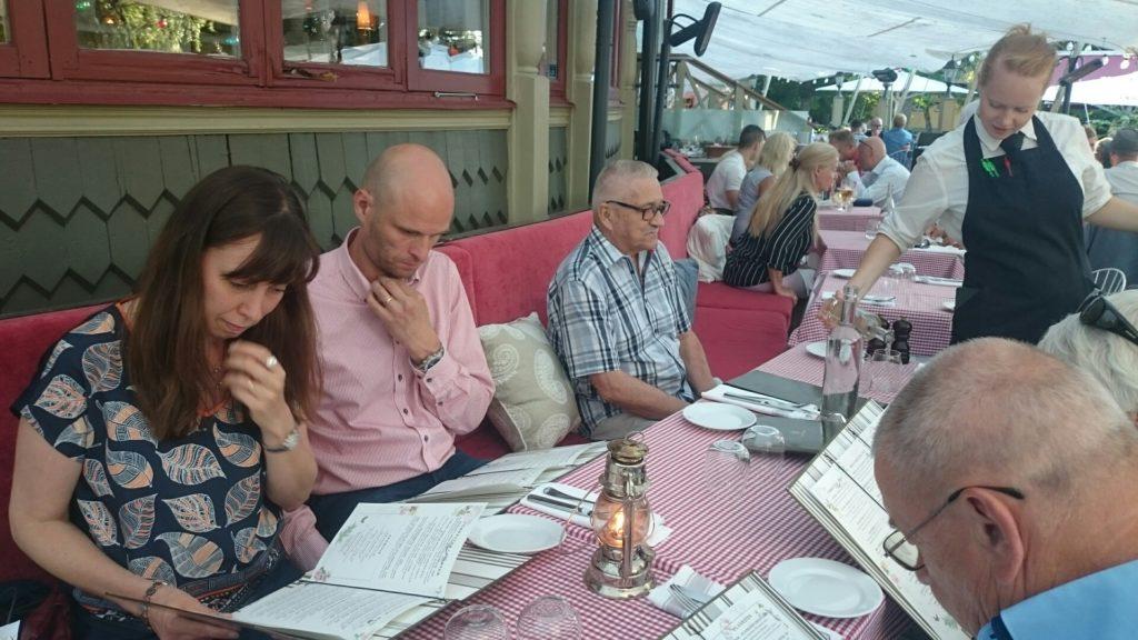 Vickan, Johan och Ingvar vid middagsbordet